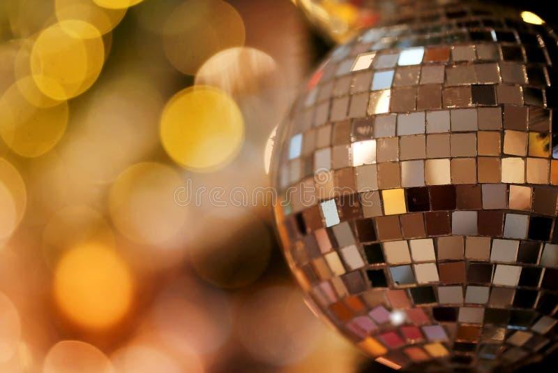 Decorativo con la palla dello specchio o la palla di Natale per il Buon Natale ed i buoni anni di festival con il fondo del bokeh fotografia stock