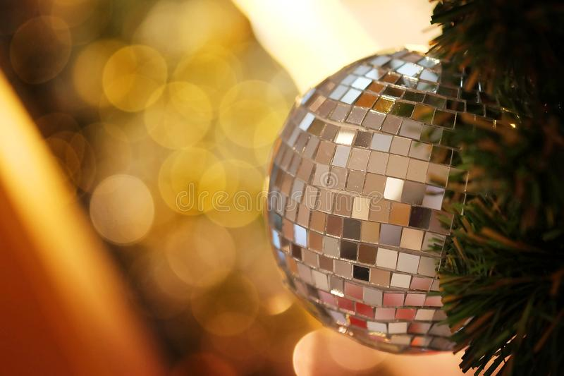 Decorativo con la palla dello specchio o la palla di Natale per il Buon Natale ed i buoni anni di festival con il fondo del bokeh immagini stock