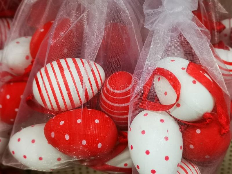 Decorativo de los huevos de Pascua lleno en lona blanca transparente foto de archivo libre de regalías