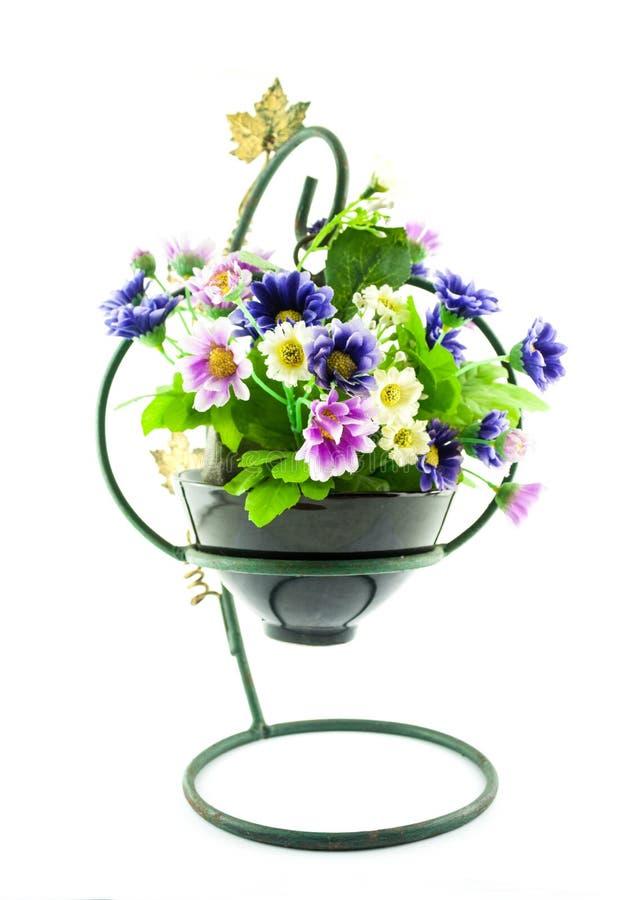 Decorativo las flores artificiales en pote imagenes de archivo