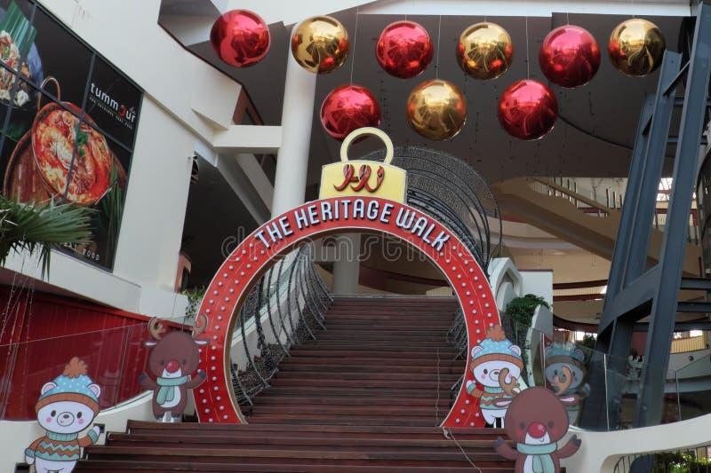 Decorato con l'entrata dei giocattoli del nuovo anno al centro commerciale Piccolo welcom sveglio degli animali fotografia stock libera da diritti
