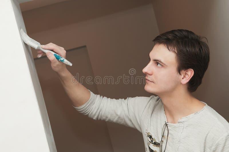 Decoratore dell'operaio del pittore con la spazzola fotografia stock