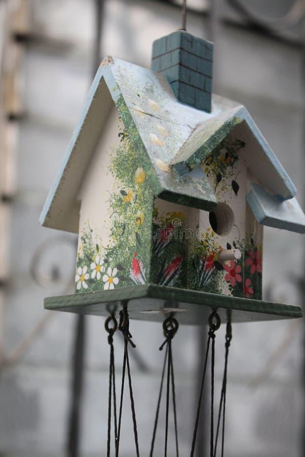 Decorazione all'aperto della casa dell'uccello immagine stock