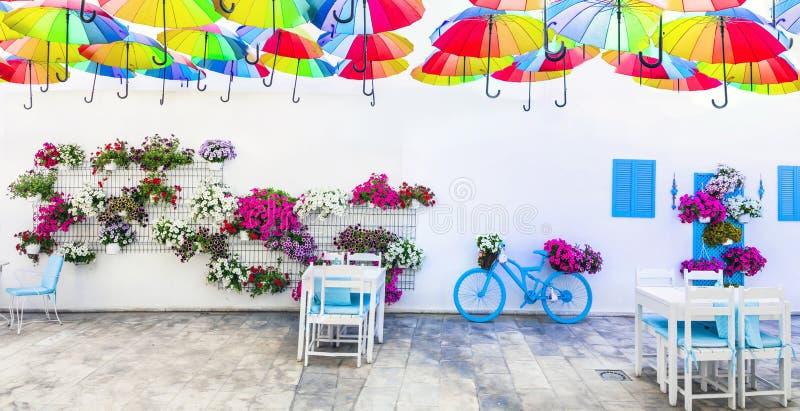 Decorazione all'aperto incantante della via con la vecchi bicicletta, fiori ed ombrelli Bodrum, tacchino fotografia stock