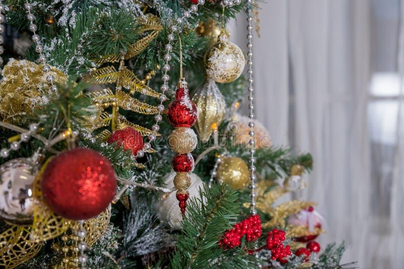 Decorazione anno di nuovo e di natale Progettazione di arte di vacanze invernali con le bagattelle di festa Bello primo piano del fotografie stock