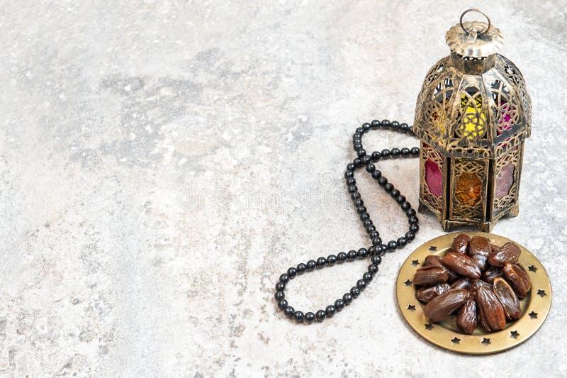 Decorazione araba del Ramadan del rosario delle date della lanterna fotografie stock