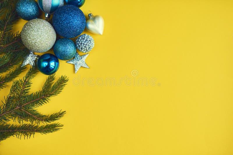 Decorazione blu di Natale con l'albero di Natale sul backgrou giallo fotografia stock