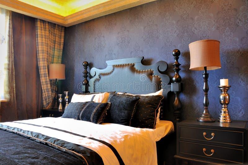Decorazione blu profonda della camera da letto nello stile nobile fotografie stock libere da diritti