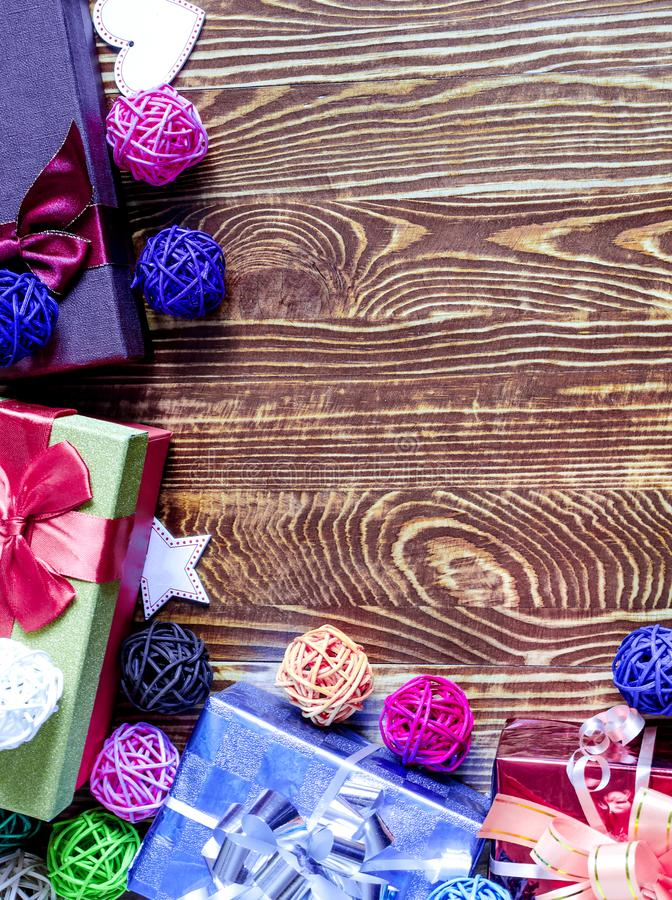 Decorazione blu rossa dei contenitori di regalo su un fondo marrone nell'ambito di un verticale dell'albero immagini stock libere da diritti