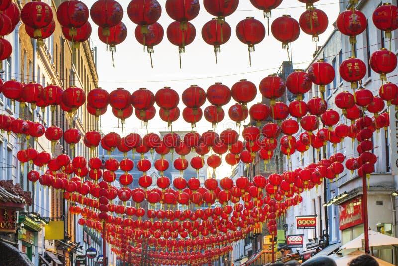 Decorazione cinese della lanterna del nuovo anno della via fotografie stock libere da diritti