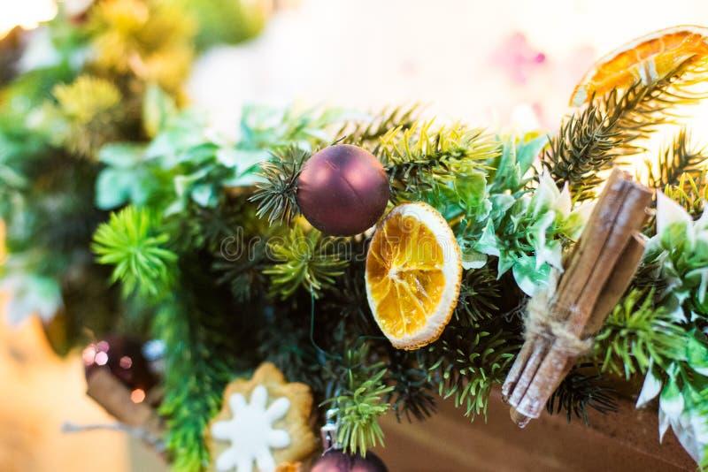 Decorazione con le candele, palla di natale, nastro, cono di abete, albero, stella di anice, cinamon di Natale Fondo di legno per fotografia stock