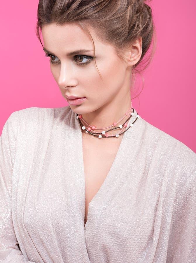 Decorazione con le perle appresso ad una giovane bella donna Apparenza alla moda fotografie stock