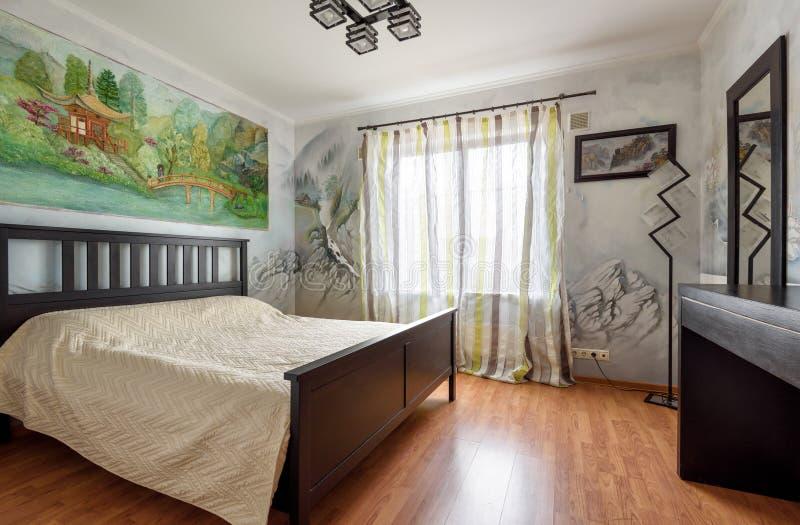 Decorazione con le pitture di parete di un interno moderno della camera da letto fotografie stock