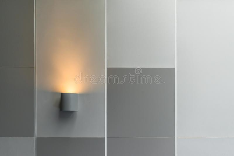 Decorazione d'accensione interna moderna della lampada da parete in costruzione contemporanea immagine stock