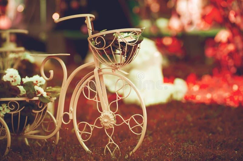 Decorazione d'annata della bici del giardino immagini stock
