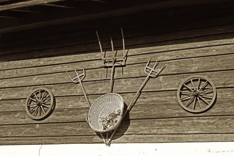 Decorazione d'annata della ruota di vagone e della forca fotografia stock