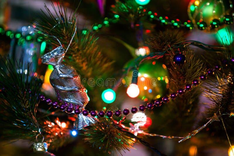 Decorazione d'argento del giocattolo della caramella che appende sull'albero di Natale immagini stock
