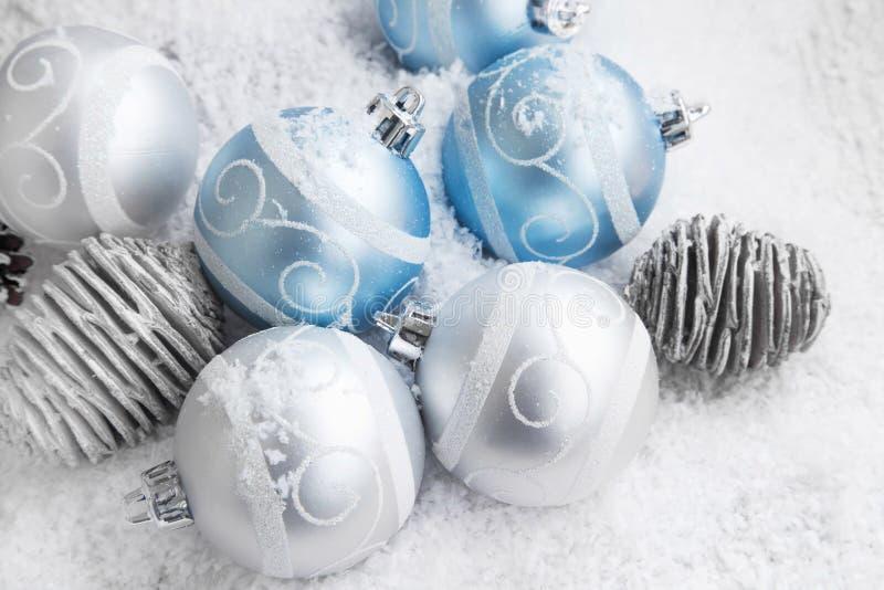 Decorazione d'argento e blu delle palle di Natale fotografia stock