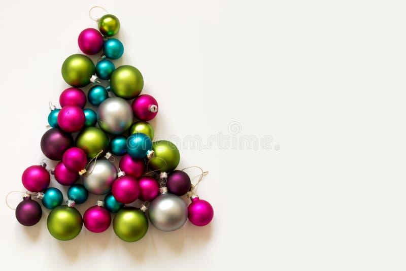 Decorazione d'argento verde rosa blu di Natale delle lampadine di Natale fotografie stock libere da diritti