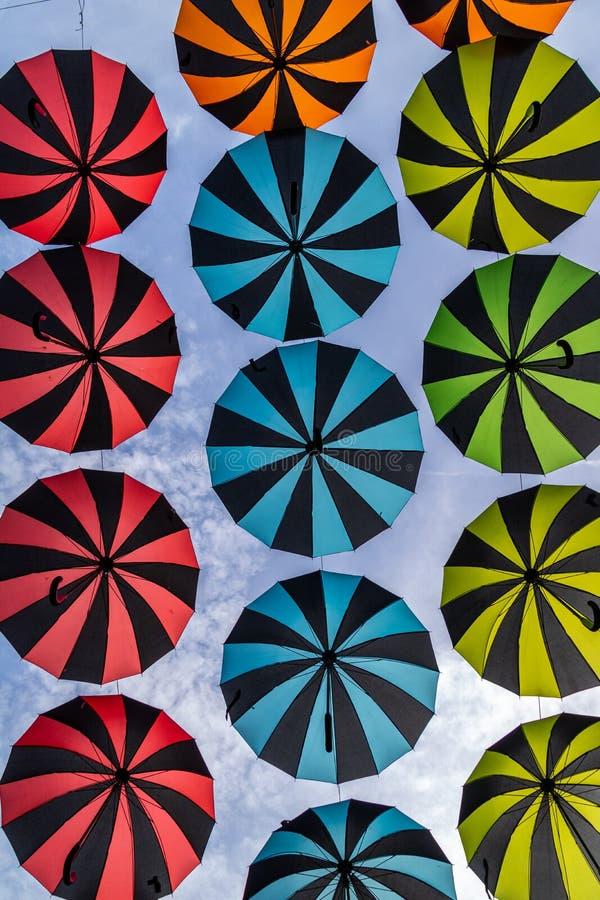 Decorazione degli ombrelli che appende nel festival Oosterhout, Paesi Bassi del partito dell'aria fotografia stock