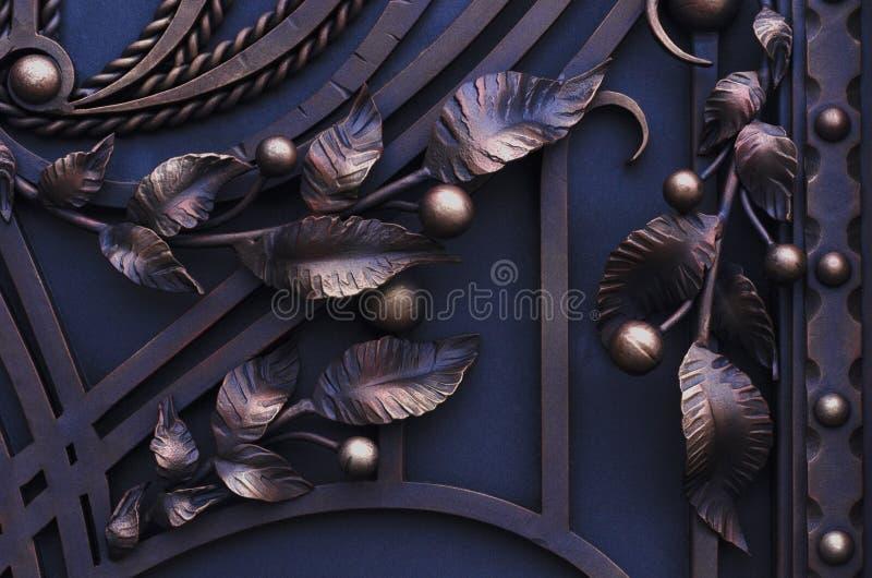 Decorazione dei portoni forgiati del metallo, bei oggetti fotografia stock