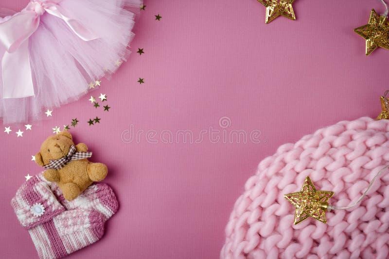 Decorazione del bambino e rifornimenti posti piani del bambino sul rosa immagini stock