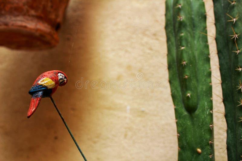 Decorazione del giardino con il pappagallo miniatura fotografia stock