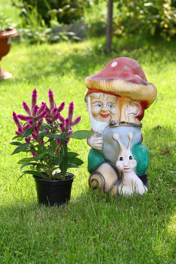 Decorazione del giardino, gnomo del giardino, lo gnomo da argilla fotografia stock