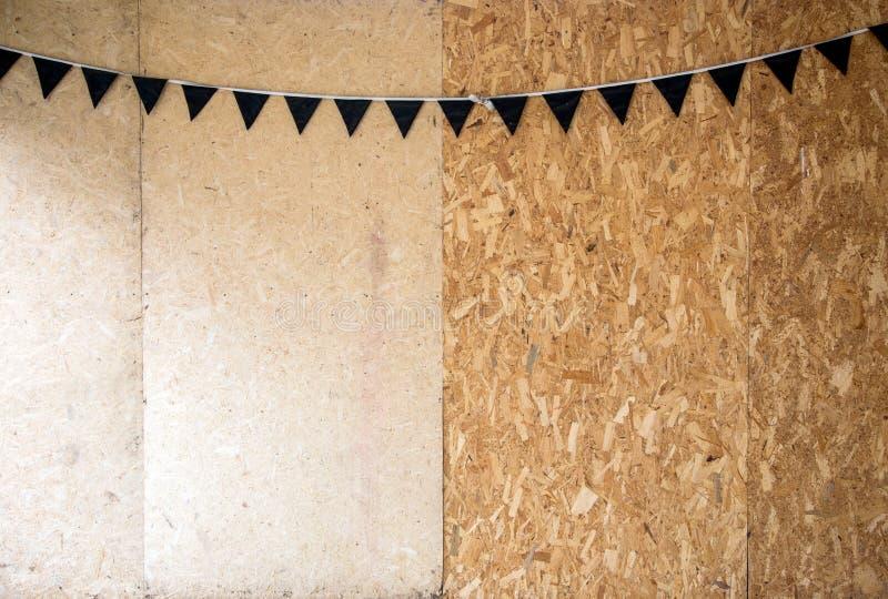 Decorazione del partito con la bandiera del triangolo ed il legno di riutilizzazione immagini stock