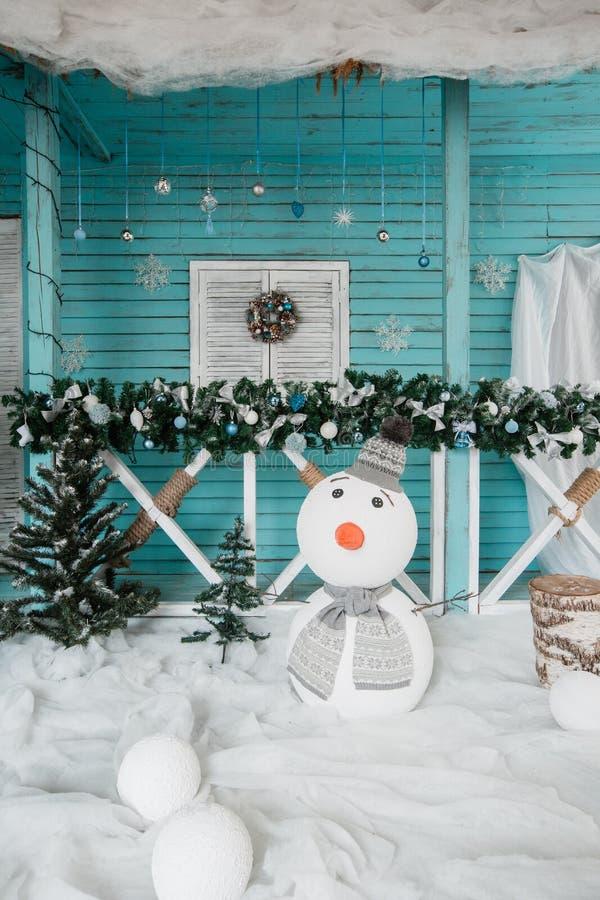 Decorazione del pupazzo di neve di Natale Il terrazzo con le ghirlande dell'abete fotografia stock libera da diritti