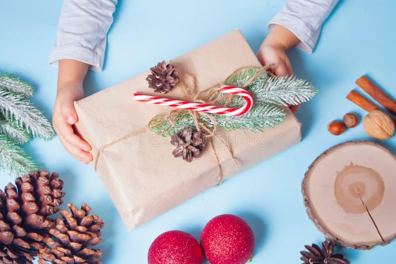 decorazione del regalo di Natale Concetto di decorazione realizzato a mano Bambina scatola regalo per il confezionamento di una b immagini stock