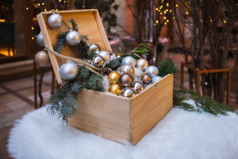 Decorazione del ` s del nuovo anno Casella con i giocattoli di natale fotografie stock libere da diritti
