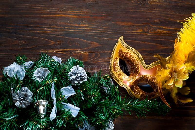 Decorazione del ` s del nuovo anno e di Natale Abete decorativo con la decorazione d'argento e maschera brillante festiva su fond immagini stock libere da diritti