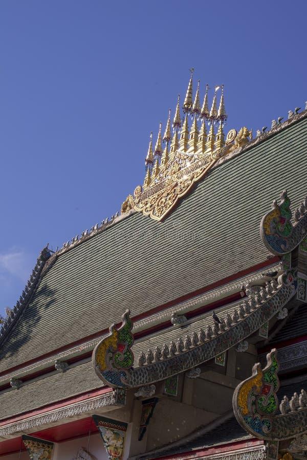 Decorazione del tetto a Wat Ming Muang, Chiang Rai, Tailandia fotografia stock