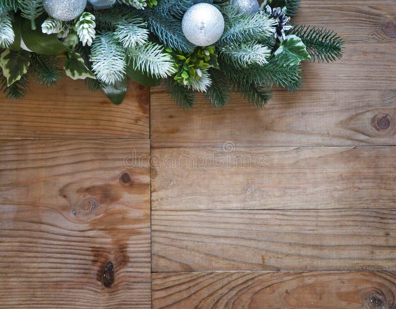 Decorazione dell'albero di abete di Natale con i coni e le palle di abete fotografia stock