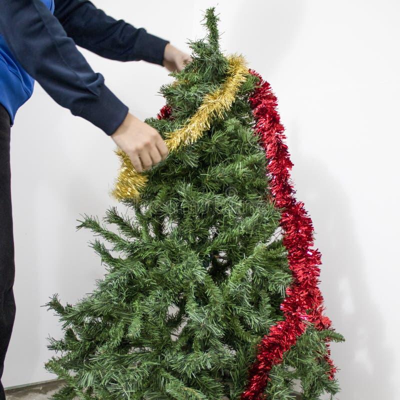 Decorazione dell'albero di Natale verde con rosso e le decorazioni dell'oro immagine stock