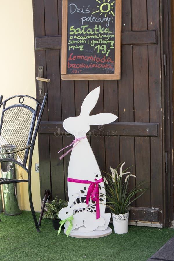 Decorazione dell'entrata al ristorante sotto forma di grande coniglio di legno fotografia stock libera da diritti