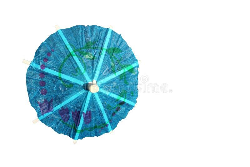 Decorazione dell'ombrello del cocktail della carta blu isolata su fondo bianco immagini stock