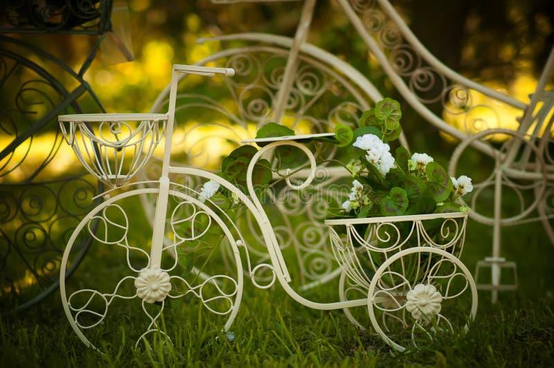 Decorazione della bici del giardino immagine stock libera da diritti
