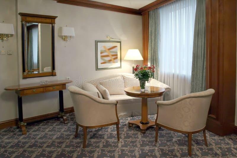 Decorazione della camera da letto nel beige fotografia stock libera da diritti