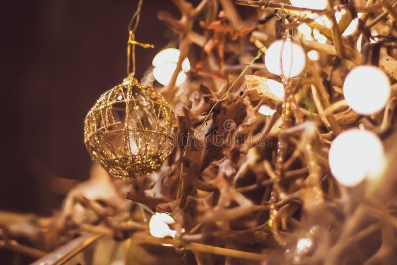 Decorazione della lampadina nel partito Albero di Natale astratto immagini stock