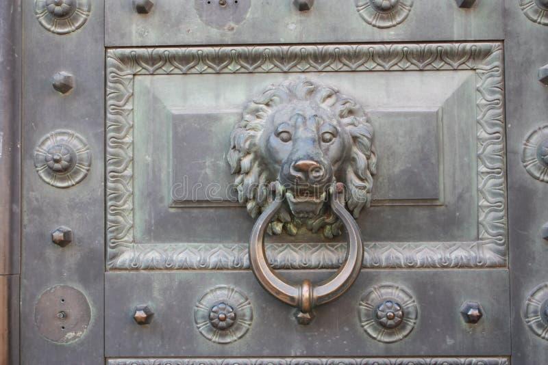 decorazione della porta sotto forma di testa animale fotografia stock libera da diritti