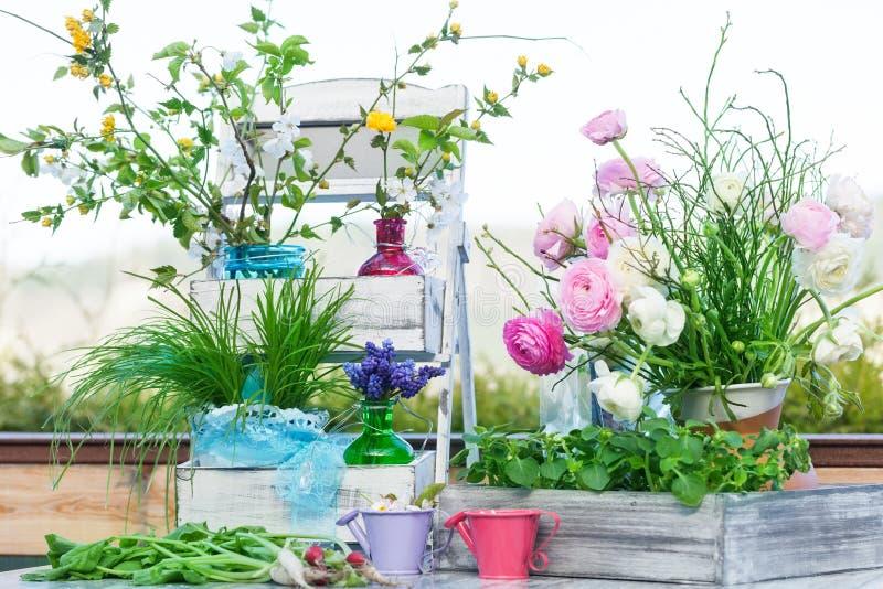 Decorazione della primavera sul terrazzo fotografie stock