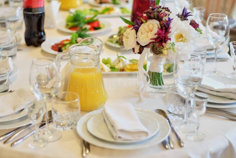 Decorazione della tavola di nozze Bella tavola messa per un piatto bianco del partito o di ricevimento nuziale di evento e la tav fotografie stock libere da diritti