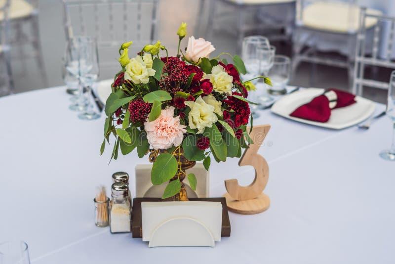 Decorazione della tavola di nozze, Tabella d'approvvigionamento di servizio messa per un partito di evento o ricevimento nuziale immagine stock libera da diritti