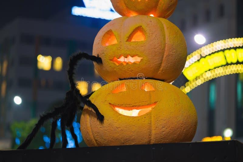 Decorazione della zucca di Halloween alla notte Zucche illuminate immagine stock