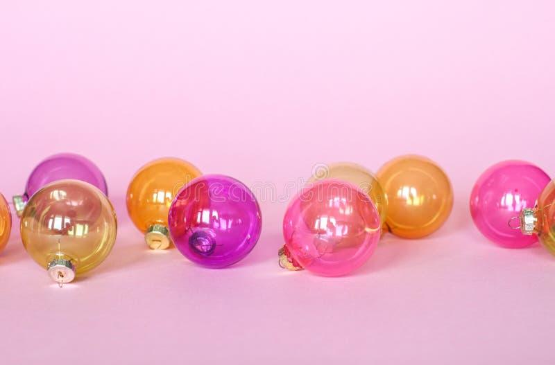 Decorazione delle palle di Natale su backround rosa fotografia stock
