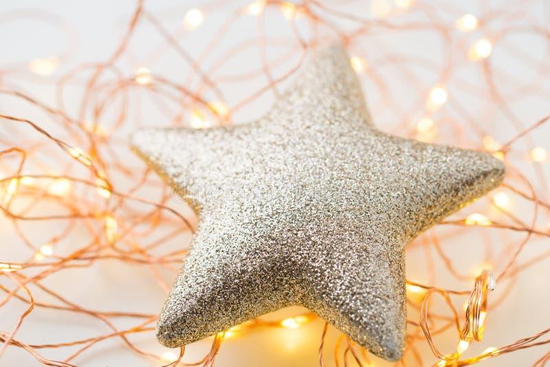 Decorazione delle stelle d'oro di Natale su fondo astratto fotografie stock