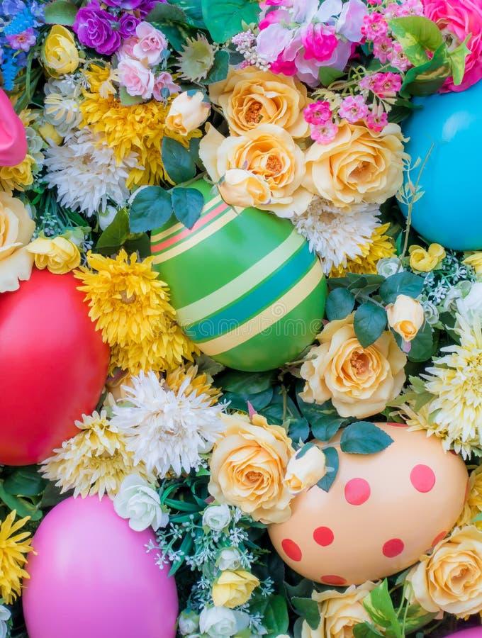 Decorazione delle uova di Pasqua circondata dal fiore fotografia stock libera da diritti