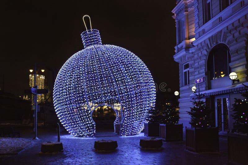 Decorazione delle vie sulla stagione di Natale e del nuovo anno immagini stock libere da diritti